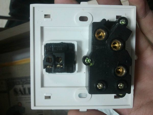请问这个应该怎么接线?上面开关是控制电灯的,下面是!