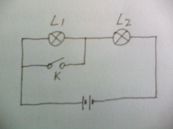 某同学用两个灯泡,一个开关组成串联电路,他在电路接好后还没有闭合