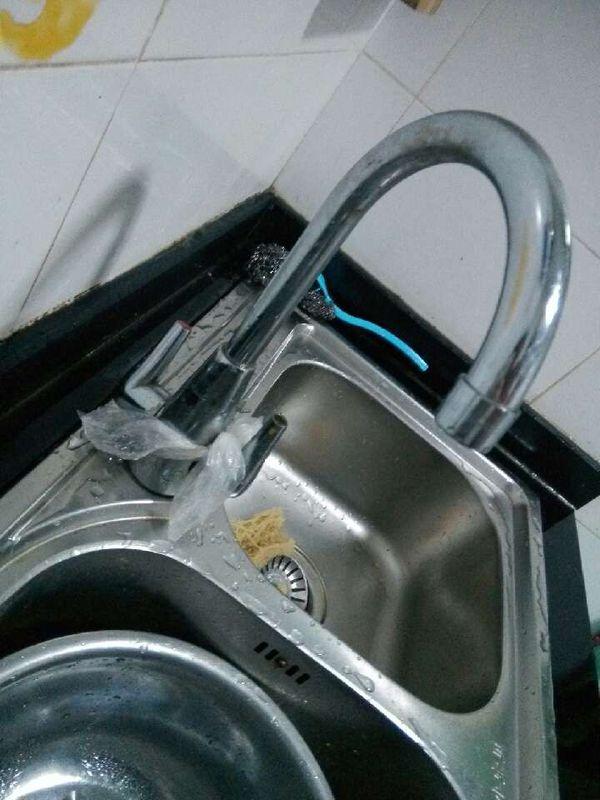 厨房的水龙头怎么拆下来啊,它老是滴水,关不严了 ,想拆下来重新装一个