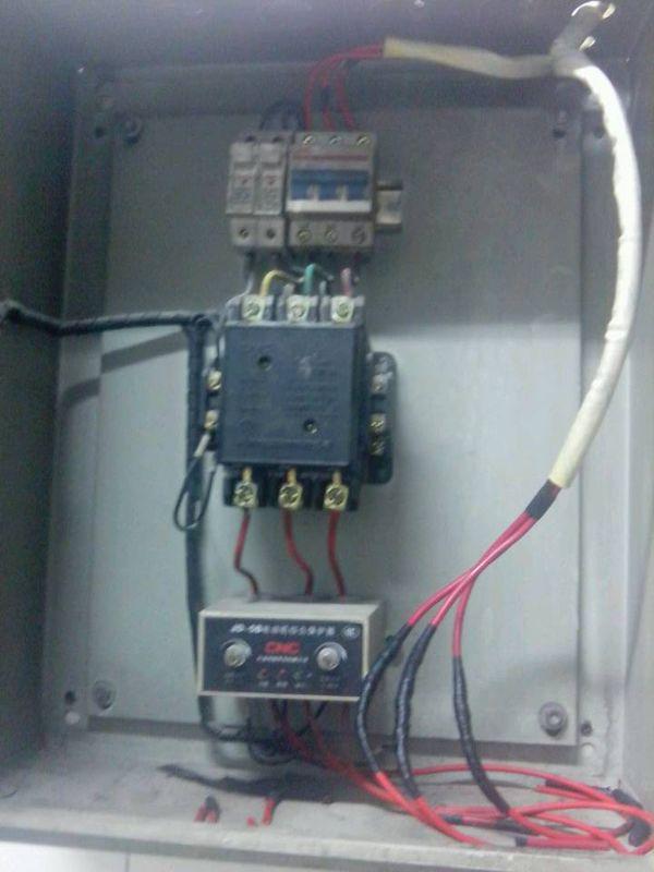 题目: 接触器+电机保护器的问题  负载一个风机大概5KW 按下启动按钮 交流接触器吸合2-3秒就分开了 后来我把负载端线卸了 按下启动按钮 也一样 吸合2-3秒又分开了 这是什么原因导致的 是接触器的问题还是电动机保护器的问题(保护器是JD-5B型的) 还是熔断器的问题 解答: 可能是接触器主触点的问题,你可以先量一下看看每一相上的电压和电流.