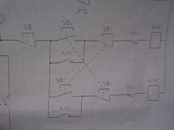 题目: 电工进来研究下这个初级电工电路图?   这是表示什么? 是万能转换开关吗? 怎么接线啊? 其他都能看懂的,就这里看不懂. 解答: UVW 表示电压表旋转开关,接线柱有标示,进线接3相电源,出线接电压表,可实现电压表显示UV UW VW  三相电压是否正常. 再问: 是的,你真棒,我记起来了。我老师也是和你这样说的, 还有就是电路的KMy 是什么? 我知道KM的接触器。 再答: 这个图上没有KMy 吧? KMY在星三角启动电路中表示这个接触器是电机星形解法启动。还有KM,表示接触器三角形运行。 再问